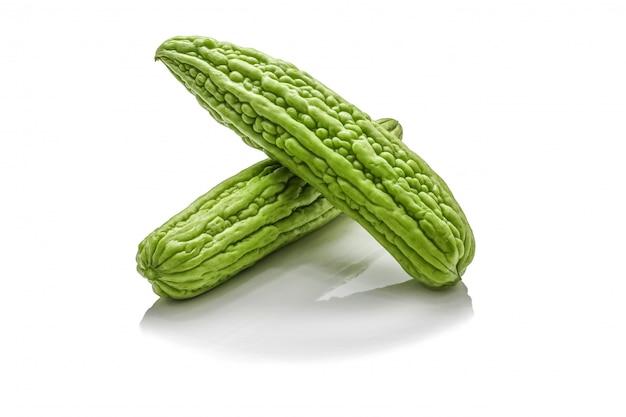 Isolé de courge amère verte