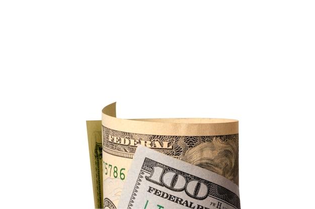 Isolé du rouleau de billets en dollars sur fond blanc, l'usd est la principale monnaie d'échange au monde.