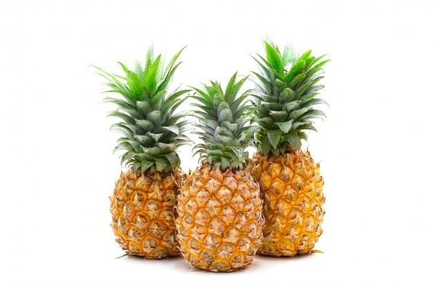 Isolé de fruits d'ananas en tranches sur le blanc