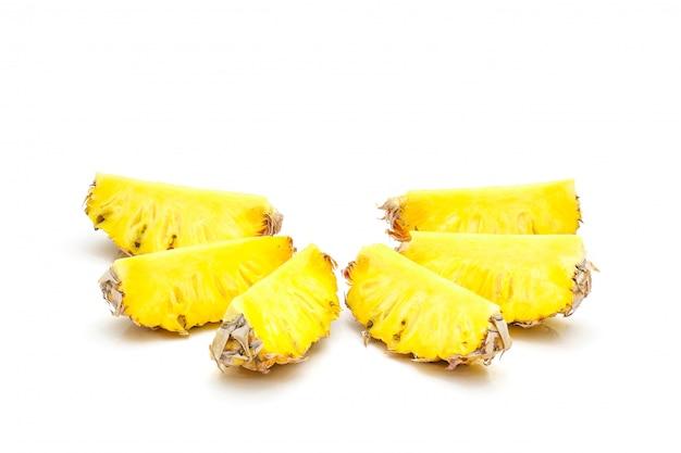 Isolé de fruits d'ananas en tranches sur fond blanc