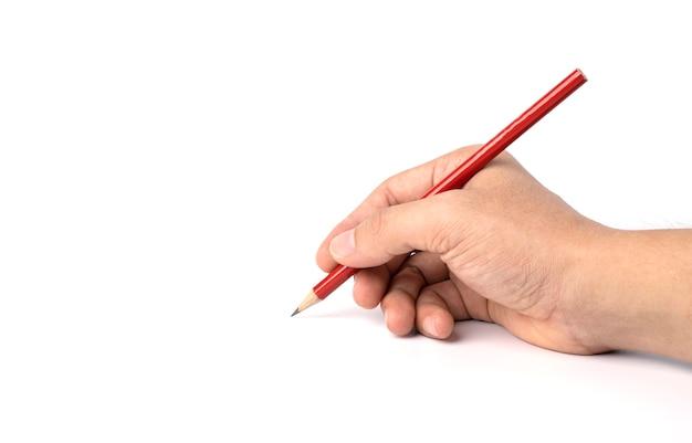 Isolé de main tenant un crayon rouge isolé sur un tracé de détourage et blanc.