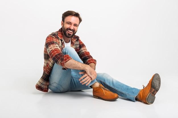Isolé en riant bel homme barbu dans un style hipster