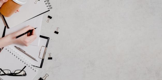 Isolement et travail de flatlay concept maison. crayons, bloc-notes, ciseaux à règle et trombones. copyspace vue de dessus horizontal retour au concept de l'école