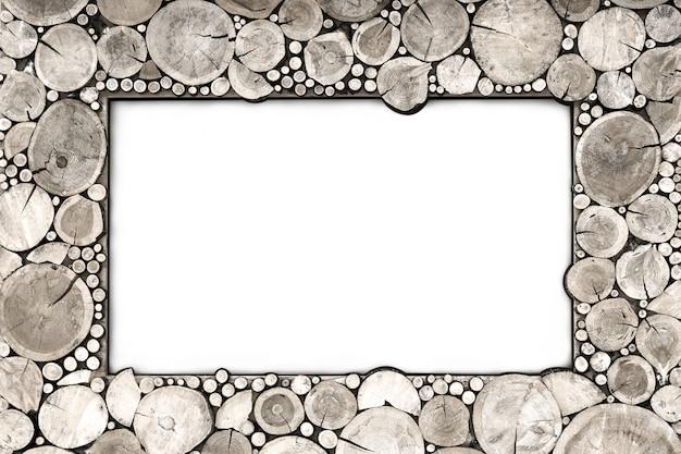 Isoler le cadre en bois du bois coupe gris.