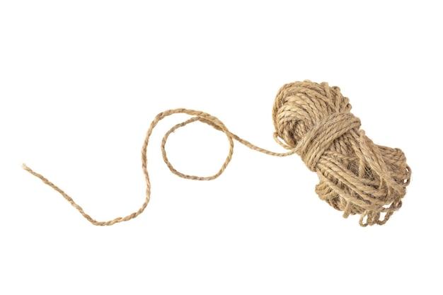 Isoler la corde de jute nouée sur fond blanc