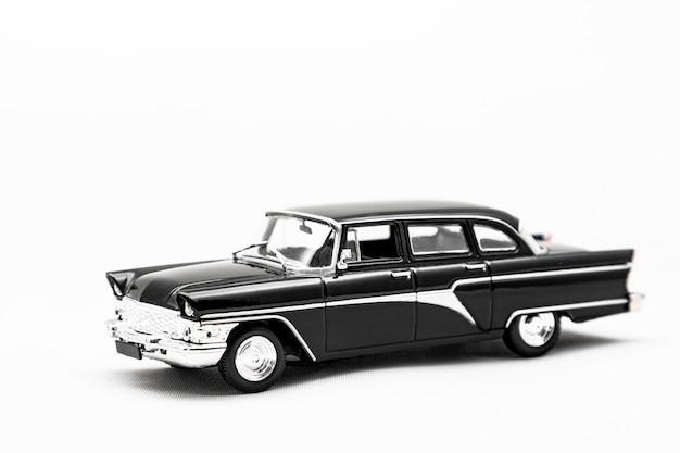 Isoler le modèle de jouet d'une voiture rétro sur fond blanc