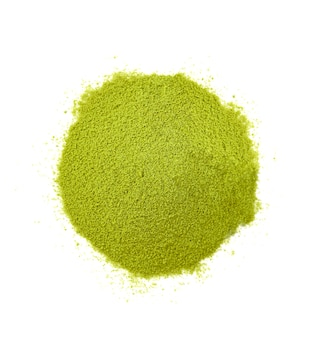 Isoler la poudre de matcha de thé vert sur fond blanc