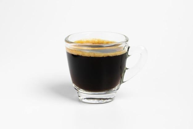 Isoler la tasse de tasse de café noir frais sur fond blanc