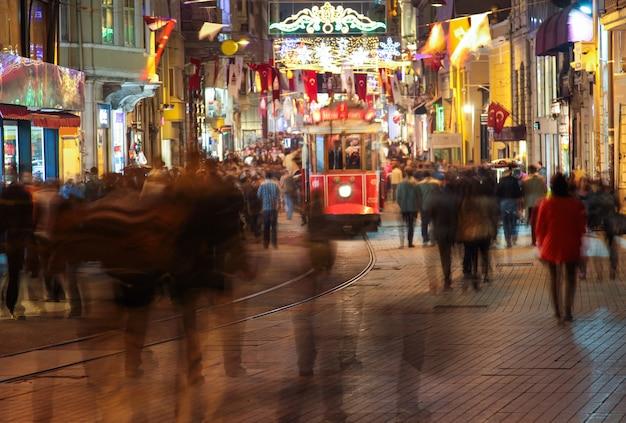Istanbul. soir. la rue piétonne istiklal. beaucoup de gens méconnaissables. voir une vidéo similaire dans mon portfolio