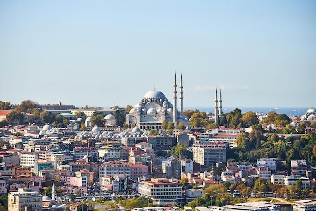 Istanbul / turquie - 10 octobre 2019 : ancienne grande mosquée suleymaniye à istanbul, turquie est un célèbre monument de la ville. magnifique architecture ottomane islamique.
