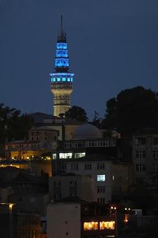 Istanbul, turquie - 29 mai : vue nocturne des bâtiments à istanbul turquie le 29 mai 2018