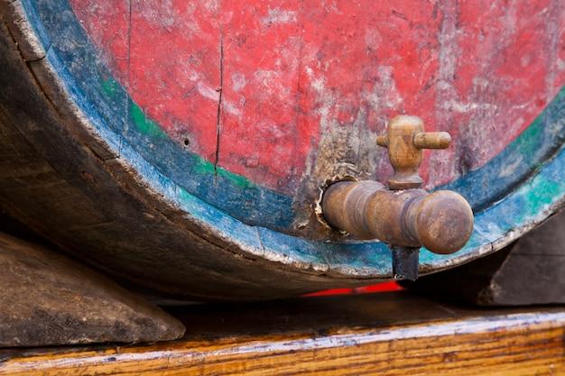 Italie - ancien robinet sur un tonneau de vin barbera, région du piémont