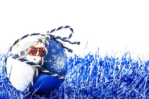 Italie. boule de noël traditionnelle faite à la main en tissu blanc et bleu