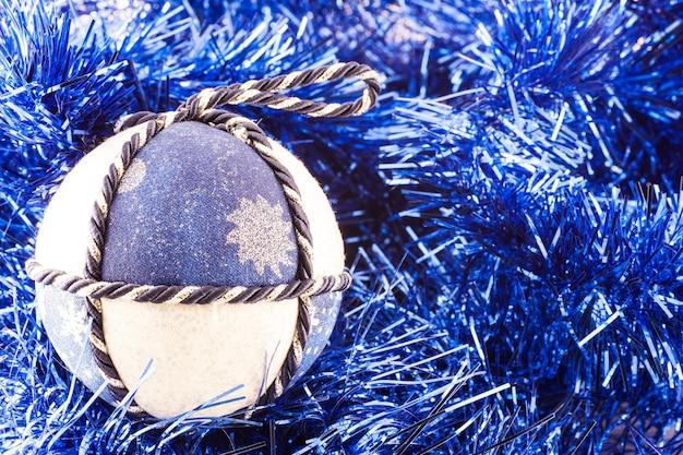 Italie. boules de noël traditionnelles faites à la main en tissu blanc et bleu