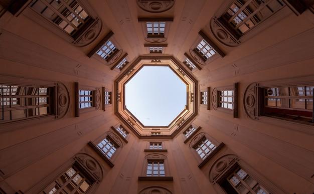 Italie, milan. intérieur d'un ancien palais, regardant vers le ciel avec un objectif large de 16 mm.
