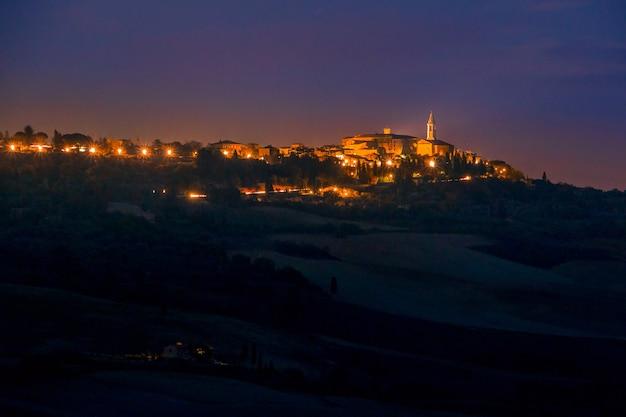 Italie. nuit d'été. lumières de la vieille ville de pienza