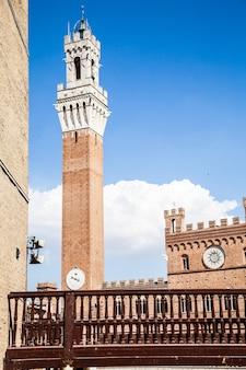Italie, sienne, piazza del campo. détail de torre del mangia, 700 ans