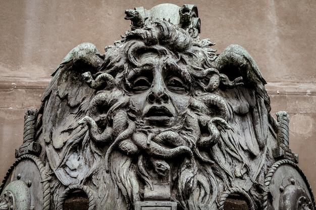 Italie, turin. cette ville est célèbre pour être un coin de deux triangles magiques mondiaux. il s'agit d'une tête de méduse en bronze près du jardin historique de valentino à turin.