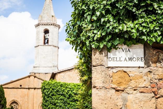 Italie - ville de pienza. le panneau de la via dell'amore (love street)