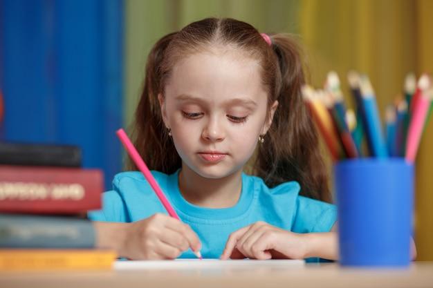 Ittle girl étudie à l'école