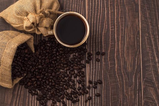 J'adore boire du café, des tasses à café et des grains de café sur la table