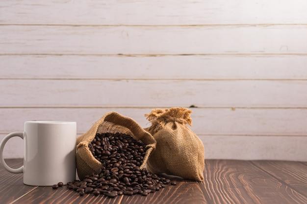 J'adore Boire Du Café, Des Tasses à Café Et Des Grains De Café Photo Premium