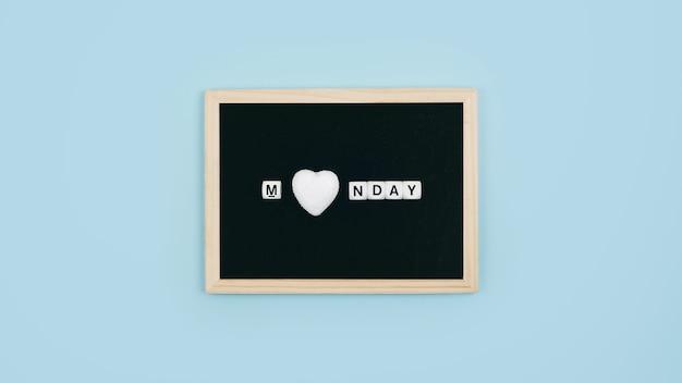 J'adore le lundi, dieu merci, c'est le concept du lundi jour.