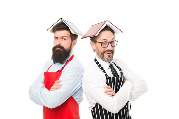 J'adore mon travail. hommes ménagères cuisinant. ingrédient culinaire. planification des menus. équipe de chef heureux en tablier. hommes barbus avec livre de recettes. ouverture d'un café et d'un restaurant. traiteur. plan de salle.