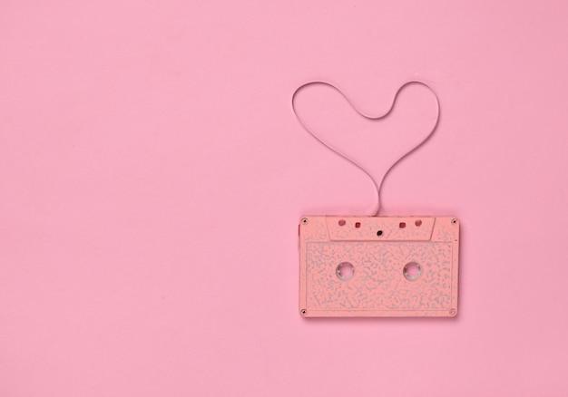 J'adore la musique des années 80. en forme de cœur de cassette audio, vue de dessus. amour de hipster.
