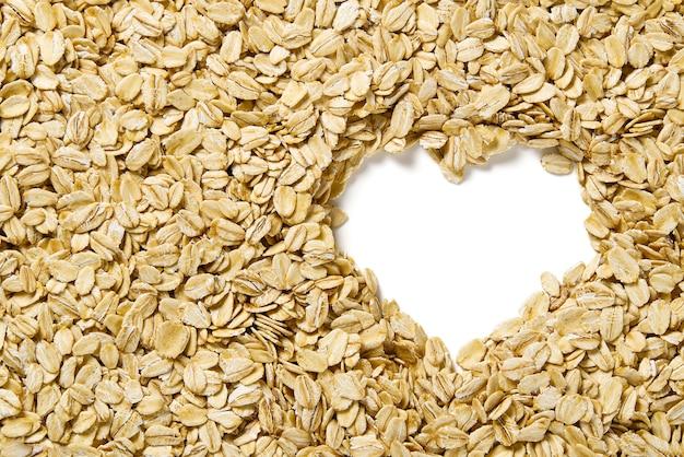 J'adore la nourriture saine. gros plan des flocons d'avoine. texture de flocons d'avoine en forme de coeur