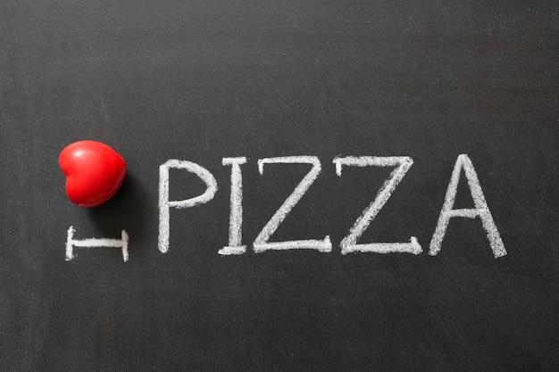 J'adore pizza manuscrite sur le tableau noir de l'école