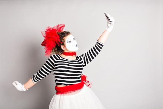 J'adore les selfies. mime tenant une caméra et faisant un selfie