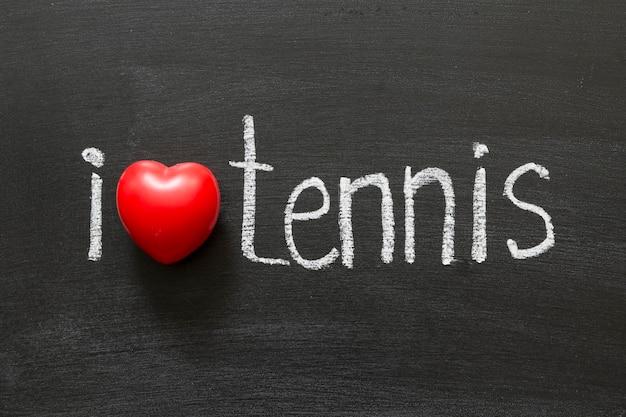 J'adore le tennis écrit à la main sur le tableau noir de l'école