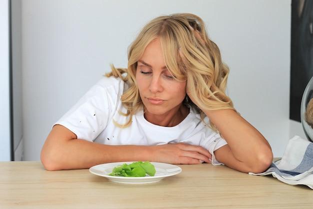 J'en ai marre de la salade dégoûtante sans goût.