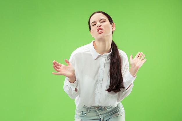 J'ai perdu la tête. la femme aux yeux louches avec une expression étrange. beau portrait de femme demi-longueur isolé sur fond de studio vert. la femme folle. les émotions humaines, le concept d'expression faciale.