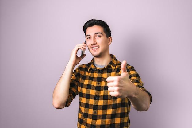 J'aime ça. beau, brunette, jeune homme, parler téléphone, et, montrer, grand pouce haut