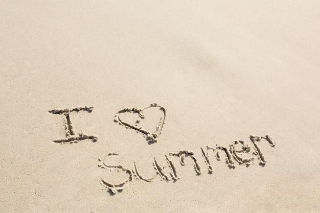 J'aime l'été écrit sur le sable