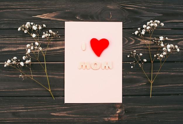 J'aime l'inscription de maman sur le papier avec des branches de fleurs