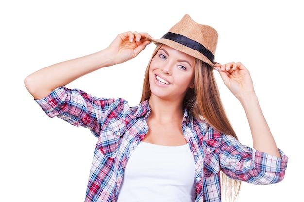 J'aime mon style. happy young women holding hands on hat en se tenant debout sur fond blanc