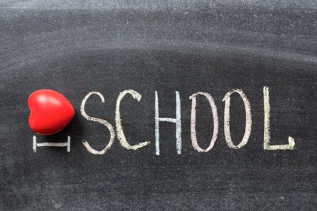 J'aime la phrase de l'école écrite à la main par des craies de couleur sur le tableau noir
