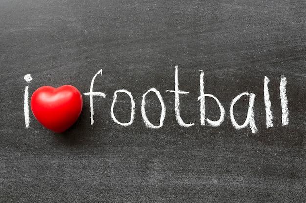 J'aime la phrase de football manuscrite sur le tableau noir de l'école