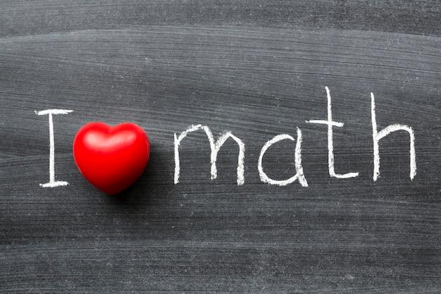 J'aime la phrase mathématique manuscrite sur le tableau noir de l'école