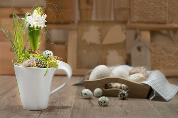 Jacinthe blanche délicate sur la cuisine vintage.