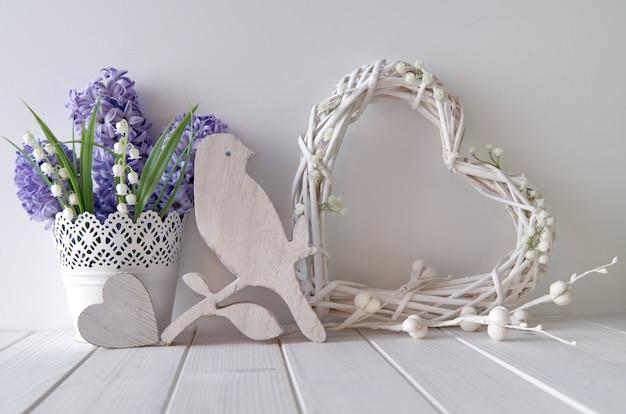 Jacinthe bleue et fleurs de muguet, coeur en bois, oiseau et un coeur blanc