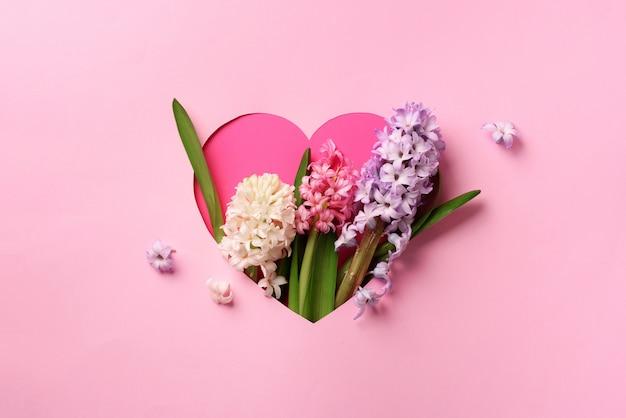 Jacinthe de fleurs dans un trou en forme de coeur