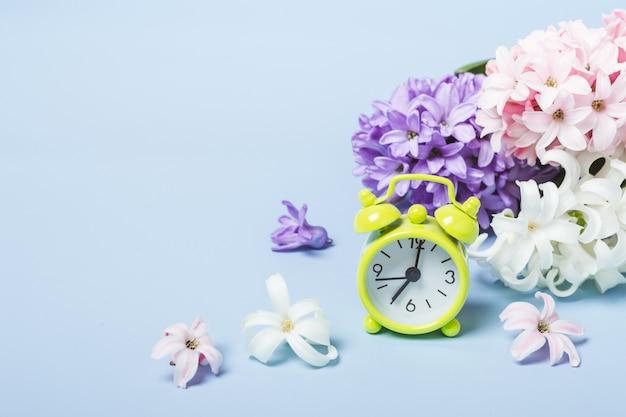 Jacinthes de fleurs de printemps et réveil. concept de printemps
