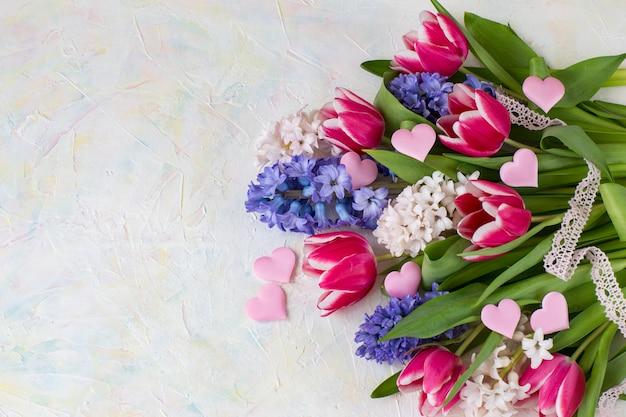 Jacinthes, tulipes, coeurs en satin rose, ruban de dentelle