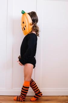 Jack-o-lantern en longues chaussettes à rayures