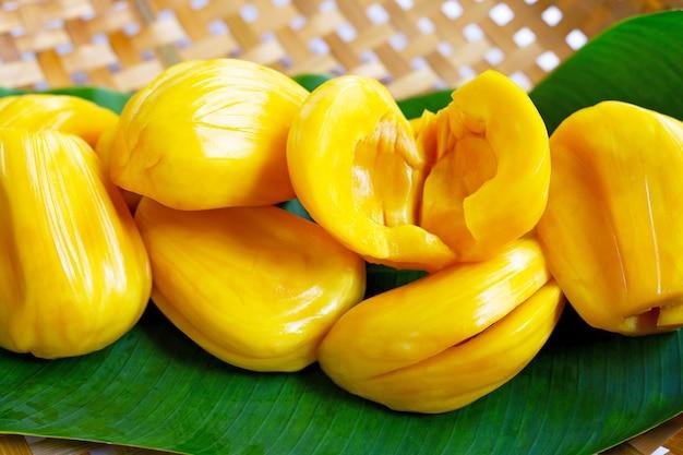 Jacquier mûr sur des feuilles de bananier