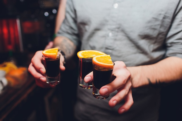 Jagermeister shots cocktails avec mâle main orange.